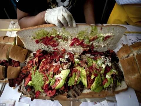 55 μάγειρες ετοίμασαν ένα σάντουιτς 700 κιλών