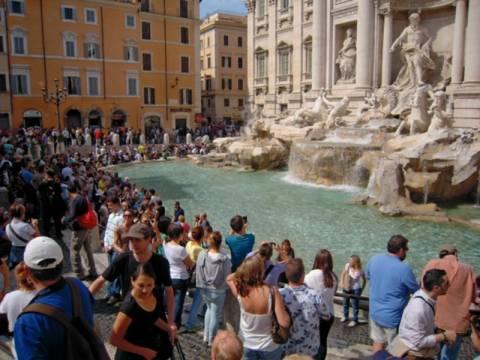 Απίστευτο: Πόσα χρήματα ρίχνουν κάθε χρόνο στην Fontana di Trevi;