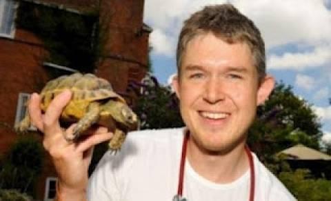 Γιατρός έσωσε χελώνα με το φιλί της ζωής