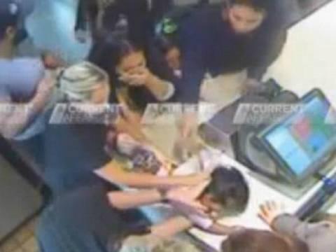 Υπάλληλοι φαστ φουντ σώζουν μωρό που πνίγεται από πατάτα (vid)