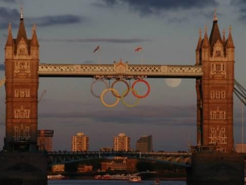 Εκπληκτική φωτογραφία: Οι ολυμπιακοί κύκλοι με φόντο το φεγγάρι