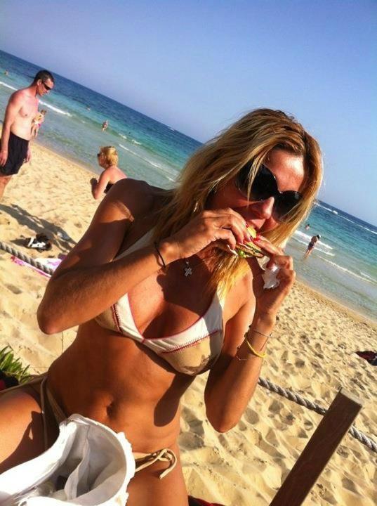 Δείτε τη Χριστίνα Παππά με μπικίνι στην παραλία και χωρίς... ρετούς!