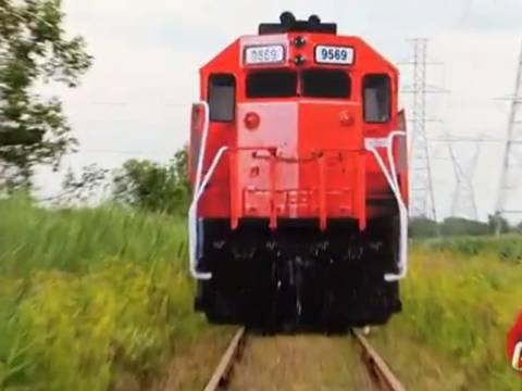 Απίθανη φάρσα: Πρόσεχε! Έρχεται τρένο... (vid)