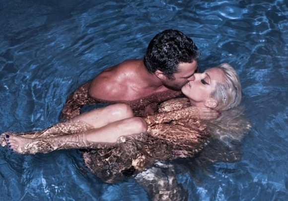 lady-gaga-gets-nekkid-in-the-pool-580x435