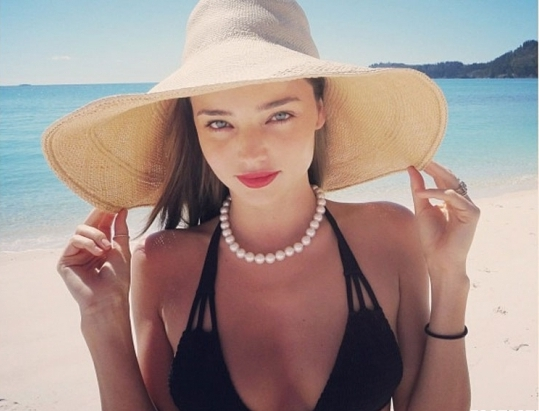 miranda-kerr-in-black-bikini-on-the-beach--580x435