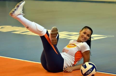 Jaqueline Carvalho: Μία καυτή Βραζιλιάνα παίζει στην... άμμο!