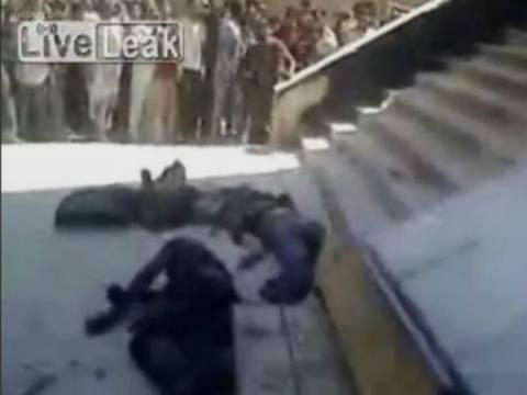 ΣΟΚ - Συρία: Αντάρτες πετούν σορούς αντιπάλων τους από τις στέγες