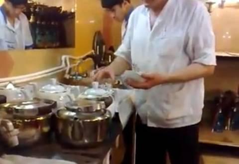 Video: Αυτός είναι ο μάστερ στο σερβίρισμα του τσαγιού!