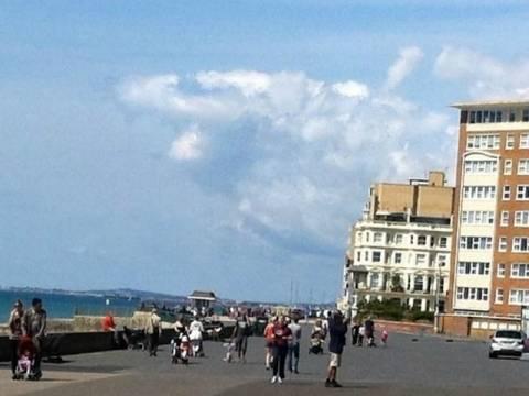 Σύννεφο-καρχαρίας πάνω από παραλία! (pic)