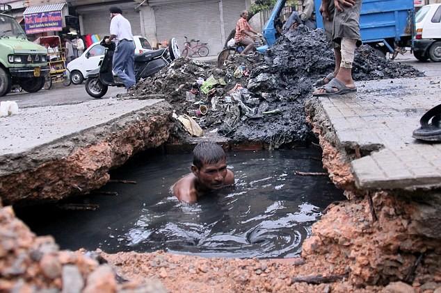 ΔΕΙΤΕ: Η πιο αηδιαστική κι επικίνδυνη δουλειά στον κόσμο!