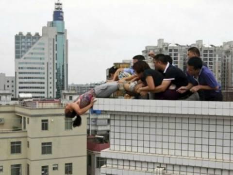 ΣΥΓΚΛΟΝΙΣΤΙΚΕΣ ΦΩΤΟ: Την έσωσαν δευτερόλεπτα πριν πέσει στο κενό
