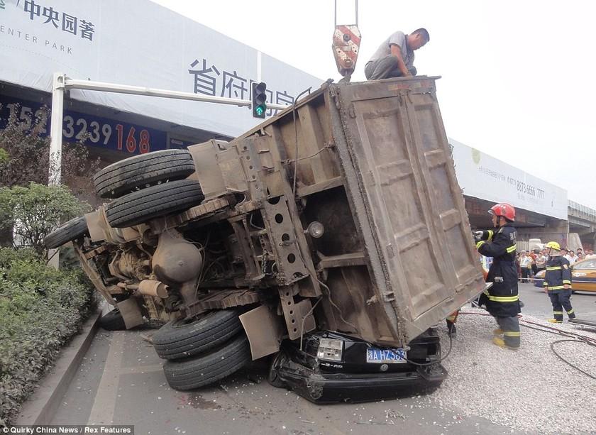 Γλύτωσε από θαύμα όταν φορτηγό καταπλάκωσε το αμάξι του (pics)