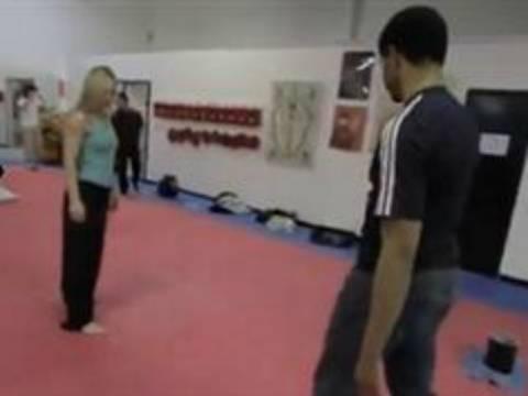 Βίντεο: Μην τολμήσετε και πλησιάσετε αυτήν την κοπέλα!