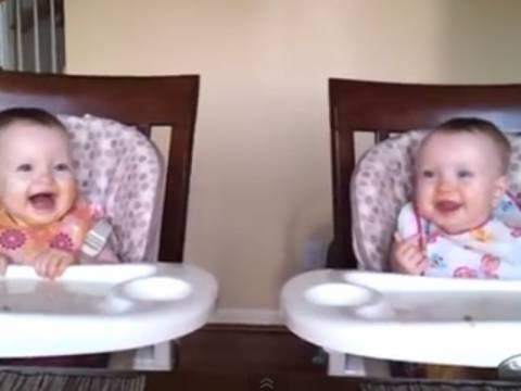 Απίθανο βίντεο: Δίδυμα μωρά τρελαίνονται με την κιθάρα του μπαμπά