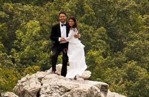 Ανέβηκαν για τις φωτογραφίες γάμου σε βράχο ύψους 300 μέτρων