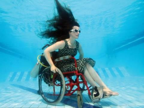 Υποθαλάσσια ακροβατικά με αναπηρικό καροτσάκι! (pics)