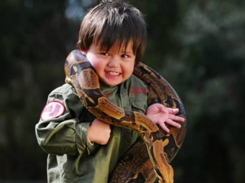 Ο δίχρονος που δαμάζει τα φίδια
