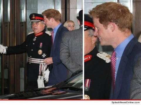 Ο πρίγκιπας Χάρι επανεμφανίστηκε... Ντυμένος!