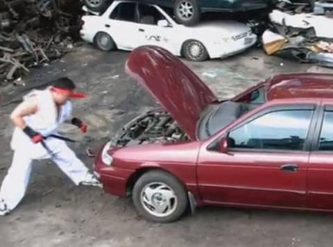 Κατεστρεψε με μπουνιές ένα αυτοκίνητο!