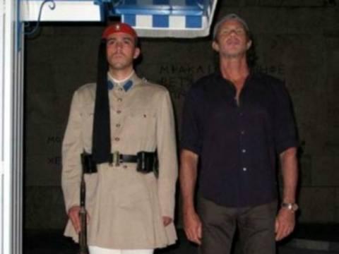 Ο ντράμερ των Red Hot Chili Peppers στο Μνημείο του Άγνωστου Στρατιώτη