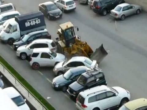 Πλήθος χτυπά μεθυσμένο οδηγό μπουλντόζας που διέλυσε αυτοκίνητα!