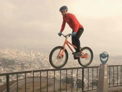 Βίντεο: Ποδηλάτης κόβει την ανάσα με παράτολμες ποδηλατικές φιγούρες!