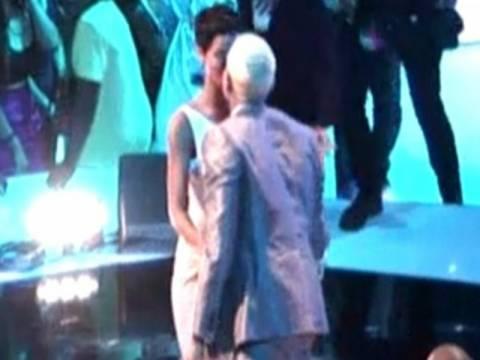 Rihanna-Chris Brown: Και πάλι ζευγάρι μετά το καυτό φιλί στο στόμα;