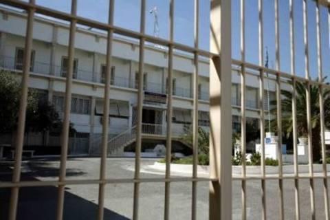 ΣΟΚ στις γυναικείες φυλακές Κορυδαλλού με το μενού με κατσαρίδες