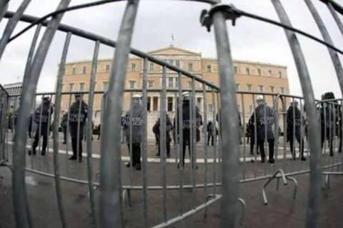 Τ.Κουίκ:«Να ξηλωθούν τα κάγκελα και να φύγουν οι κλούβες από τη Βουλή»