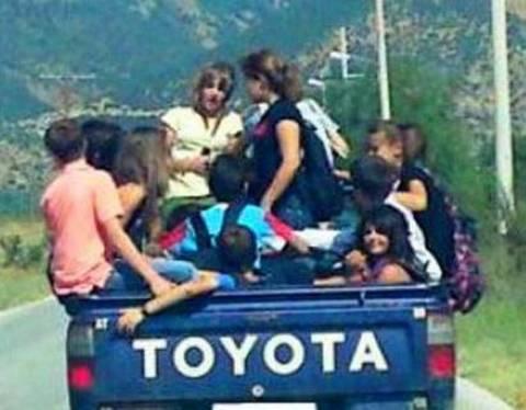 Σούλι: Μεταφέρουν τα παιδιά στο σχολείο με καρότσες!