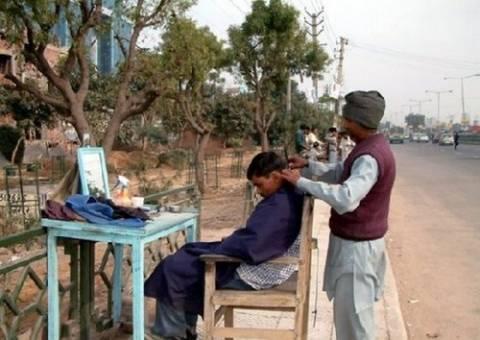 Υπαίθρια κουρεία στην Ινδία