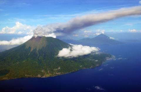 Ξύπνησε το ηφαίστειο Γκαμαλάμα της Ινδονησίας