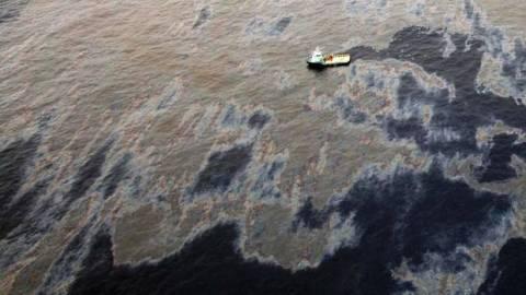 H Chevron θα… πληρώσει για τη διαρροή πετρελαίου στη θάλασσα