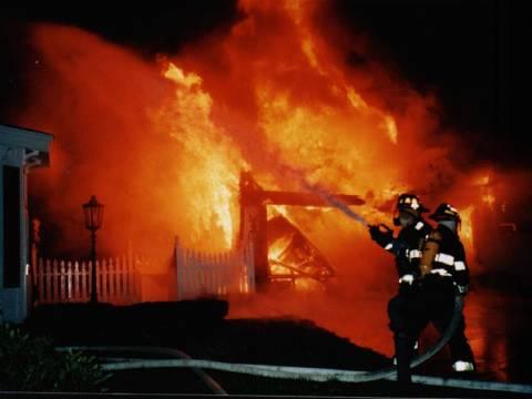 Στις φλόγες εγκαταλελειμμένο σπίτι στο Μαρούσι