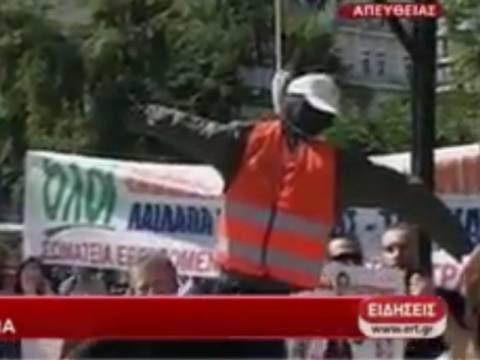 Βίντεο: Έστησαν κρεμάλα με «εργαζόμενο» στο Σύνταγμα