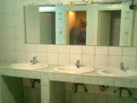 Πάτρα: Αγοραίος έρωτας στις δημόσιες τουαλέτες (φωτό)