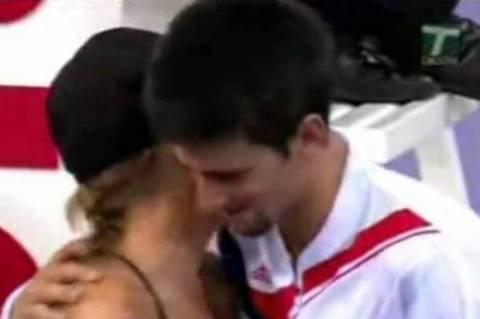 Όταν ο Τζόκοβιτς... «σκότωσε» το σέξι «ball girl» (video)