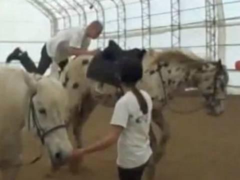 Δείτε πώς να ΜΗΝ επιχειρήσετε να ανέβετε σε άλογο! (vid)