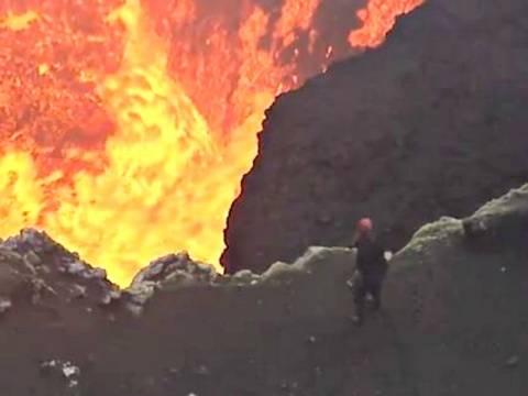 Βίντεο που κόβει την ανάσα: Ελάχιστα μέτρα από την καυτή λάβα!