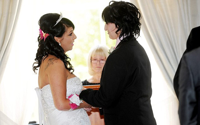 Παράτησε τρεις γαμπρούς και παντρεύτηκε την παράνυμφό της! (pics)