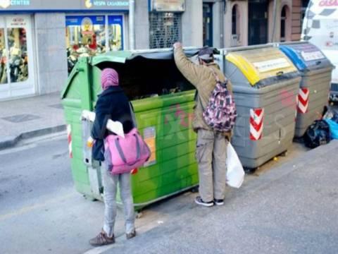 Οι νεόπτωχοι Ισπανοί ψάχνουν για φαγητό στους κάδους απορριμάτων