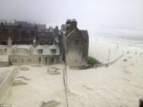 Σκωτία: Ένα ολόκληρο χωριό καλύφθηκε με περίεργο αφρό! (pics)