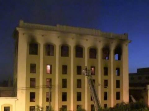 Υπό μερικό έλεγχο η φωτιά σε κτήριο στα Καμίνια
