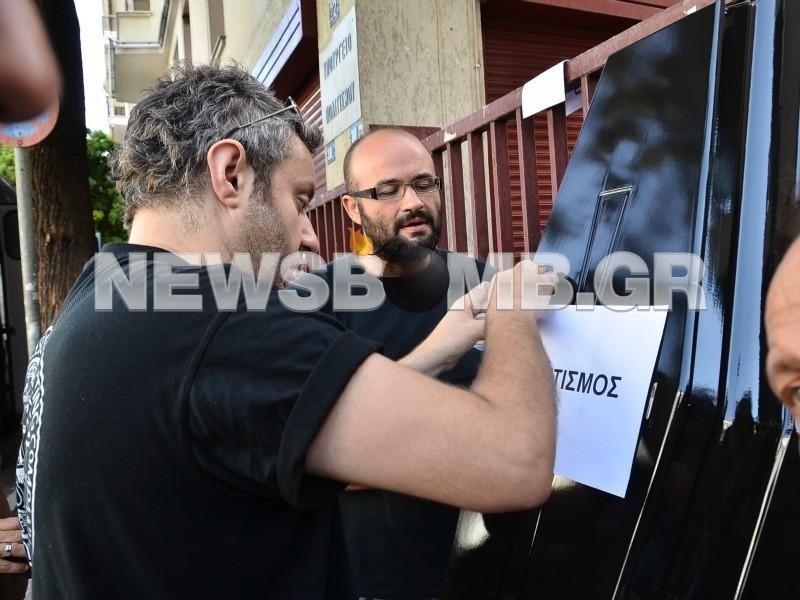 Πανελλαδική απεργία: Έστησαν φέρετρο έξω από το Υπ. Πολιτισμού (φωτο)