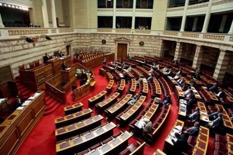 Βουλή: Πορείες έξω – Ένταση μέσα