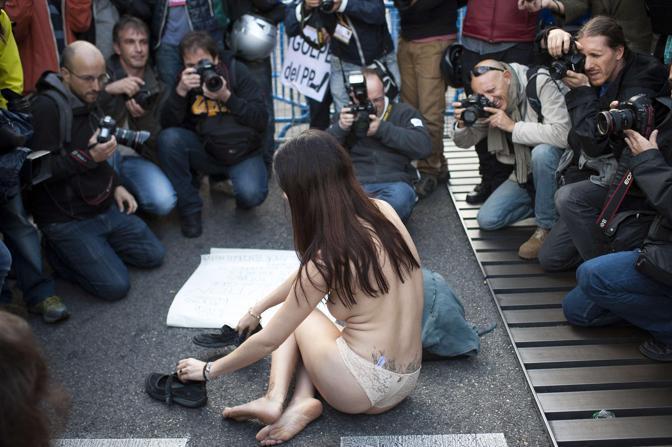 Γυμνή... αγανάκτηση στη Μαδρίτη