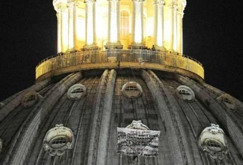 Ιταλία: Διαμαρτυρία εναντίον του Μόντι στον Άγιο Πέτρο