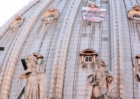 Βίντεο: Ιταλός ανέβηκε στον Άγιο Πέτρο για διαμαρτυρία