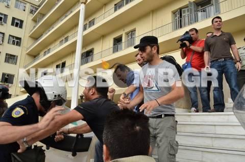 Δέκα συλλήψεις για τα επεισόδια στο υπουργείο Εθνικής Άμυνας