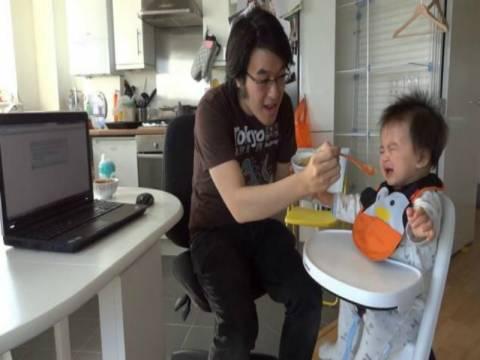 Βίντεο: Το μωρό που τρώει μόνο όταν βλέπει το Gangnam Style!